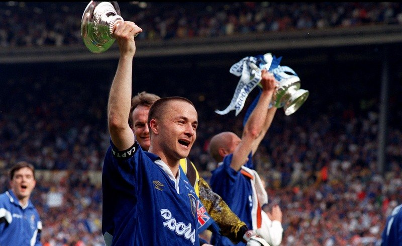 17/5/1997 FA CUP FINAL. Chelsea v Middlesbrough. Dennis Wise holds up the lid of the FA Cup. Photo: Mark Leech / Offside
